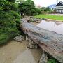 緑泥片岩の自然石橋と、博物館を広角で