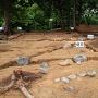 本丸御殿跡 東から、礎石などの出土状況
