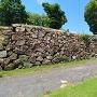八王子神社鳥居の横に残る石垣