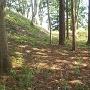 武者溜跡の切岸(左)と土塁(正面)