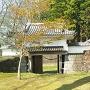 復元された網御門と武者溜跡(右)