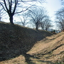 主郭土塁と空堀(北側)