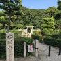 石碑「安閑天皇古市高屋丘陵」と古墳遠景