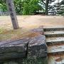 太鼓櫓跡の石段は、控え柱からの転用材