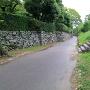 屏風櫓跡(右)、表御殿庭園(左)を分ける通路から