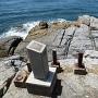 枕石説明板と切削痕が残る岩盤