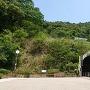 トンネルの上が城跡です。