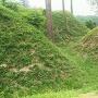馬出郭から見る外郭(右)~三の郭の空堀