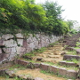 大手石段と土塀跡