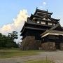 夕焼けに照らされる松江城