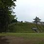 宇都宮城址公園内側から望む土塁と復元櫓