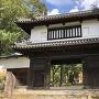 城址碑と櫓門(表)
