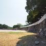 潮入門跡付近から見る銃眼土壁と石垣
