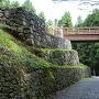 御主殿跡下の石垣と曳橋