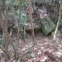 堀切と矢穴の残る巨石