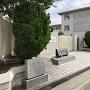 平野小学校と石碑