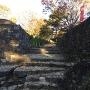 石敷の通路から日ノ池、本丸へ