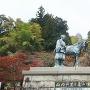 山内一豊夫妻の像と天守