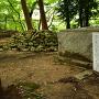 旧敏満寺 古井戸と焼石の塚
