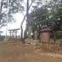 主郭の石碑達と城山神社鳥居