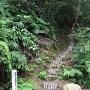 日吉神社境内横の登城口<35.106886,136.129569>
