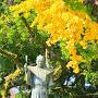 蜂須賀家政公銅像とイチョウ