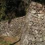 この石垣の上に民家があります