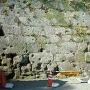 弾痕の残る石垣