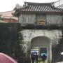 雨の首里城門