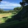 石垣から海をのぞむ風景