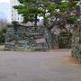 太鼓櫓跡石垣の登り口と黒門跡枡形石垣