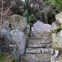 奥に見える石碑