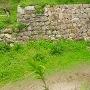 冠木門跡の虎口を本丸跡から見る