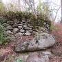 主郭南側の巨岩の上の石積