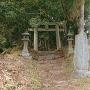 登城口(神社下宮鳥居と城址石碑)