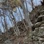 山の斜面に築かれた石垣。