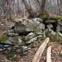 謎のトンネル状石積(麓側から)