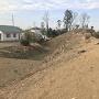西側の土塁と空堀・南側より