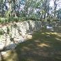 三の段石積みと礎石建物跡