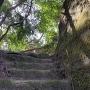 岩盤を削って、切通しに階段を。