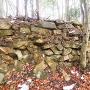 南西尾根にある石積み