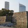 桜の馬場からの天守台と現代建築物