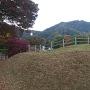 舘跡から鴨ヶ嶽城を見上げる