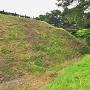 二の曲輪から見た西の馬出と三の曲輪、空堀の畝
