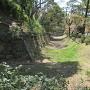 西側の空堀と石垣