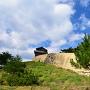高石垣下から西門を見上げて