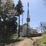 駐車場となる林道終点のテレビ中継塔