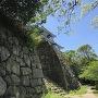 腰曲輪跡の碑と櫓と青空