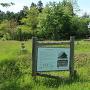 竪穴建物跡看板と城趾碑