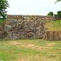 武蔵野御殿に付属した池の護岸跡(切込接)と、太鼓櫓跡石垣